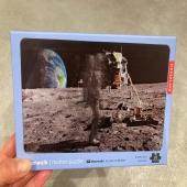 Il n'y a pas que @thom_astro qui est dans l'espace😉🌏  Ce puzzle lenticulaire se déplace réellement☄️montrant un astronaute marchant sur la lune🌙 Dimensions 42cm x 24 cm  💐Sur le e-shop www.lesapsara.fr 💐Livraison par la@poste, relais colis ou click&collect